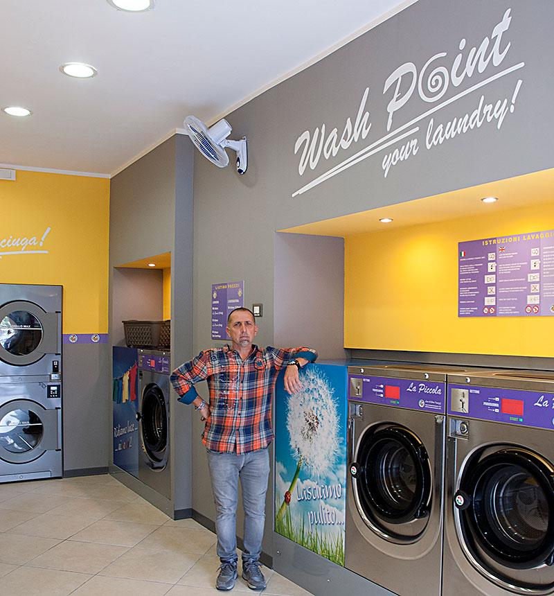 Gianni Sorrisi in una nuova lavanderia self service appena aperta