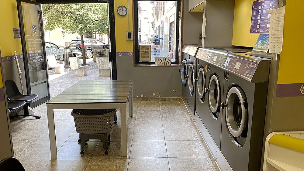 Interno di una lavanderia self service aperta con finanziamento